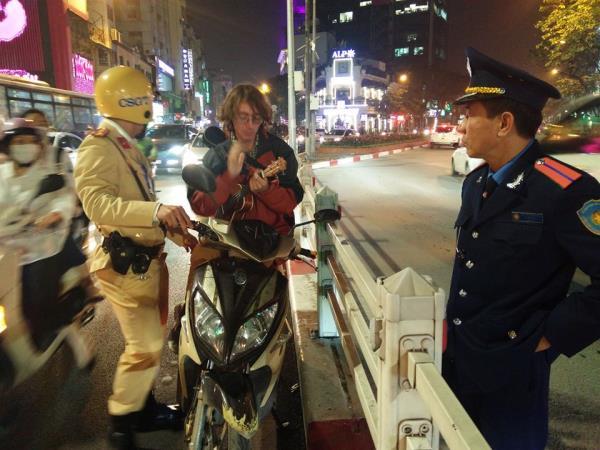 """Bị CSGT """"tuýt còi"""", chàng trai người Nga đứng yên trên đường, lấy đàn ra gảy - Ảnh 1"""