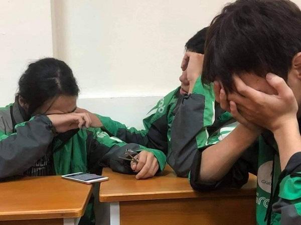 Lặng người trước câu chuyện 3 sinh viên mặc áo xe ôm công nghệ ngồi khóc ở cuối lớp - Ảnh 1