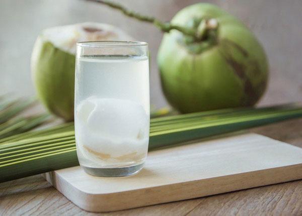 5 sai lầm khi uống nước dừa dễ gây đột quỵ, nhất là điều thứ 3 có đến 98% người thường làm - Ảnh 1