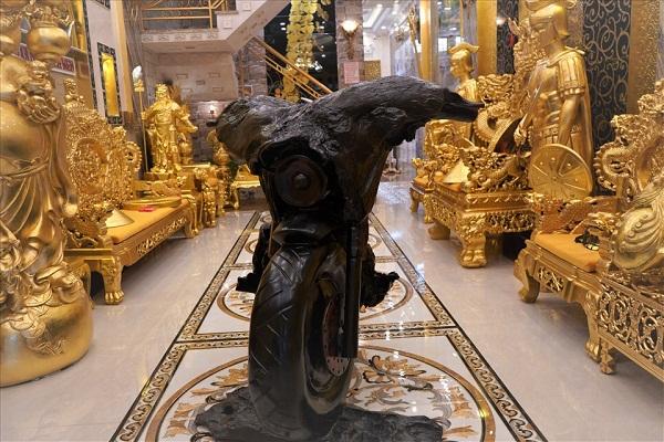 Choáng ngợp trước ngôi nhà dát vàng ở Cần Thơ: Có ngai vàng hóa thân thành vua chúa - Ảnh 1