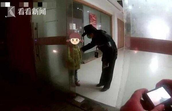 """Phát hiện bé gái lang thang lúc 3h sáng, anh công nhân hoảng sợ báo cảnh sát, sự thật khiến ai cũng """"đứng tim"""" - Ảnh 2"""