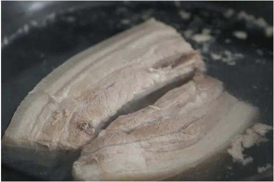 """Thịt ba chỉ luộc xưa rồi, làm thế này dễ lắm mà lại """"ngon nuốt lưỡi"""" luôn - Ảnh 1"""