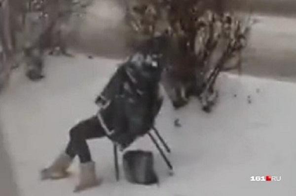 """Người phụ nữ ngồi bất động trên ghế dưới trời mưa tuyết, biết được sự thật ai cũng """"sôi máu"""" - Ảnh 1"""