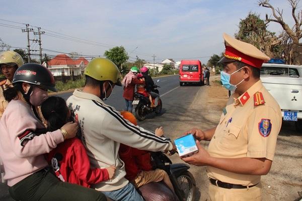 CSGT Đắk Lắk phát hàng nghìn khẩu trang y tế miễn phí cho người dân - Ảnh 2