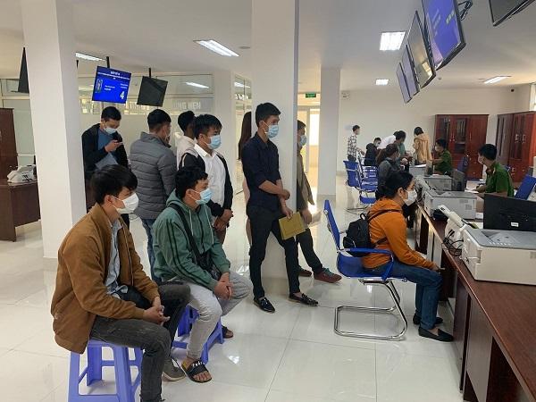 CSGT Đắk Lắk phát hàng nghìn khẩu trang y tế miễn phí cho người dân - Ảnh 3
