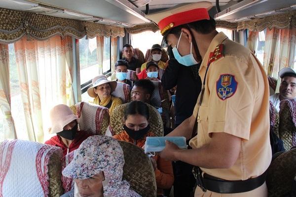 CSGT Đắk Lắk phát hàng nghìn khẩu trang y tế miễn phí cho người dân - Ảnh 1