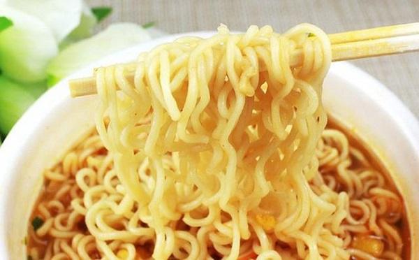 5 sai lầm khi ăn mì tôm gây hại cho sức khỏe, 90% người Việt vẫn làm hàng ngày - Ảnh 1