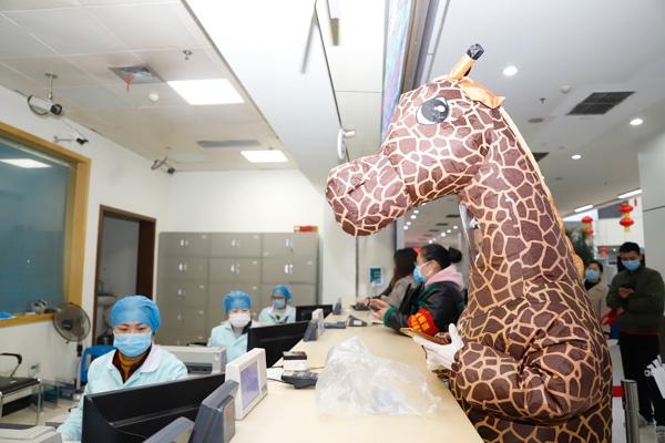 Tin tức đời sống mới nhất ngày 16/2/2020: Sợ dịch corona, cô gái hóa trang thành hươu cao cổ tới bệnh viện - Ảnh 1