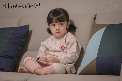 Dậy sóng trước vẻ đáng yêu của cậu bé đóng con gái Kim Tae Hee - Ảnh 2