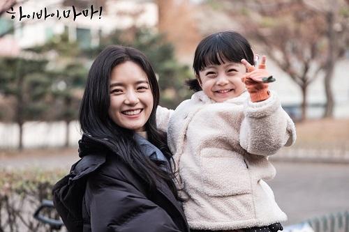 Dậy sóng trước vẻ đáng yêu của cậu bé đóng con gái Kim Tae Hee - Ảnh 4