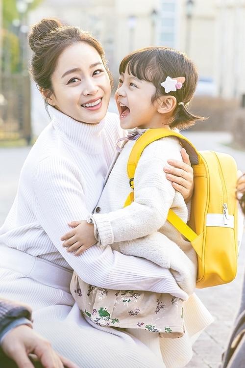 Dậy sóng trước vẻ đáng yêu của cậu bé đóng con gái Kim Tae Hee - Ảnh 1