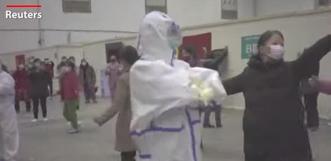 """Bệnh nhân cao tuổi ở Vũ Hán nhảy múa """"lên dây cót"""" để chiến đấu với virus Covid-19 - Ảnh 2"""