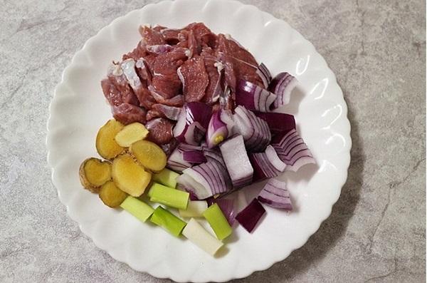 Chỉ 10 phút có ngay món canh thịt bò ngon bất ngờ cho bữa tối bận rộn - Ảnh 1