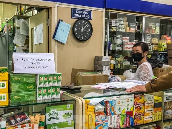 Sau một đêm, chợ thuốc Hapulico đồng loạt treo biển 'không bán khẩu trang' - Ảnh 4
