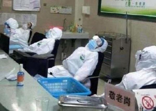 """Làm việc đến tay rớm máu, nữ y tá ở """"tâm dịch"""" Vũ Hán nói một câu khiến ai cũng nghẹn lòng - Ảnh 3"""