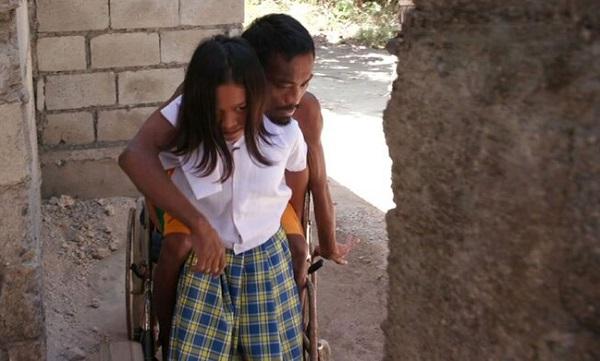 Cảm động câu chuyện cô bé 11 tuổi bỏ cả tuổi thơ ngày ngày chăm bố tật nguyền - Ảnh 3