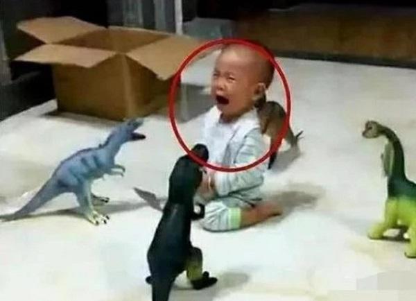 """Con trai vừa muốn ăn vừa muốn xem tivi, ông bố làm một việc khiến mẹ """"giận tím người"""" - Ảnh 2"""