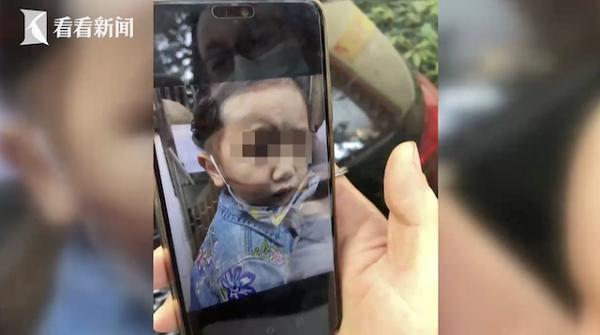 Thót tim cảnh bé gái 2 tuổi đầu kẹt vào lưới an toàn, lơ lửng giữa không trung - Ảnh 2