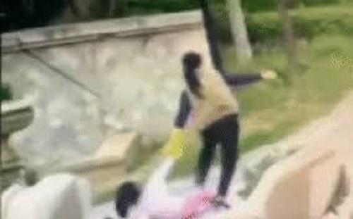 Tin tức đời sống mới nhất ngày 15/3/2020: Cháu bị bé gái hàng xóm ăn hiếp, bà nội kéo lê 'hung thủ' hơn 10m - Ảnh 1