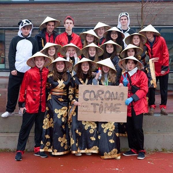 Trường học Bỉ xin lỗi vì bức ảnh học sinh đội nón lá, giơ biển virus corona chế giễu người Châu Á - Ảnh 1