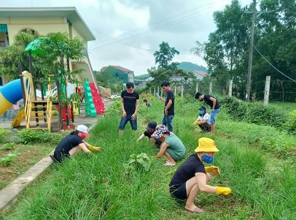 Muôn hoa khoe sắc trong khu cách ly công dân ở Hà Tĩnh - Ảnh 2
