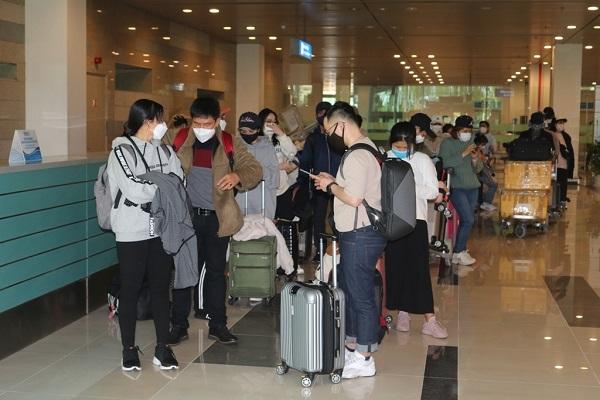 Hành khách về từ Hàn Quốc yên tâm đến khu cách ly khi đáp xuống sân bay Cần Thơ - Ảnh 2