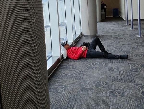 """Tuấn Hưng đăng ảnh nằm vạ vật ở sân bay, than khổ khi trót mang """"Kiếp cầm ca"""" - Ảnh 2"""