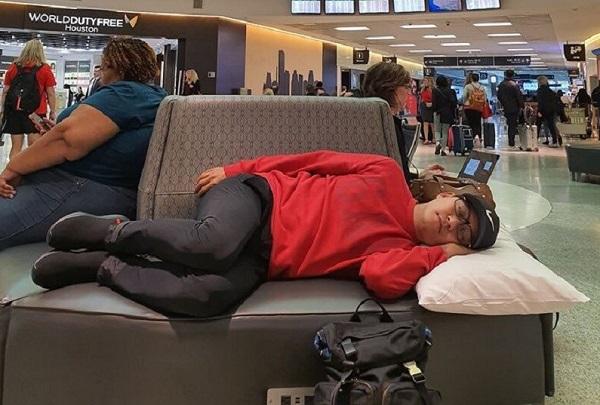 """Tuấn Hưng đăng ảnh nằm vạ vật ở sân bay, than khổ khi trót mang """"Kiếp cầm ca"""" - Ảnh 3"""