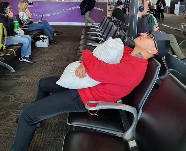 """Tuấn Hưng đăng ảnh nằm vạ vật ở sân bay, than khổ khi trót mang """"Kiếp cầm ca"""" - Ảnh 1"""