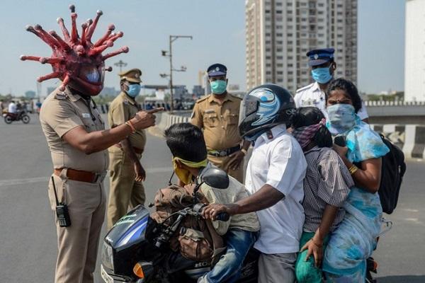 """Tin tức đời sống mới nhất ngày 1/4/2020: Cảnh sát Ấn Độ đội """"mũ bảo hiểm SARS-CoV-2"""" cảnh báo người dân - Ảnh 1"""