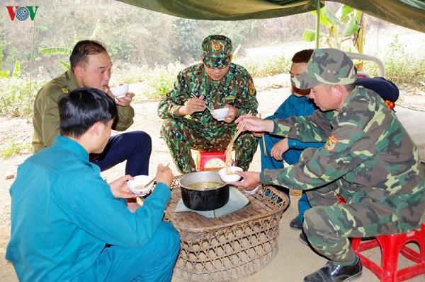 Xúc động hình ảnh bác sĩ Quảng Ninh gặp vợ qua hàng rào cách ly - Ảnh 2