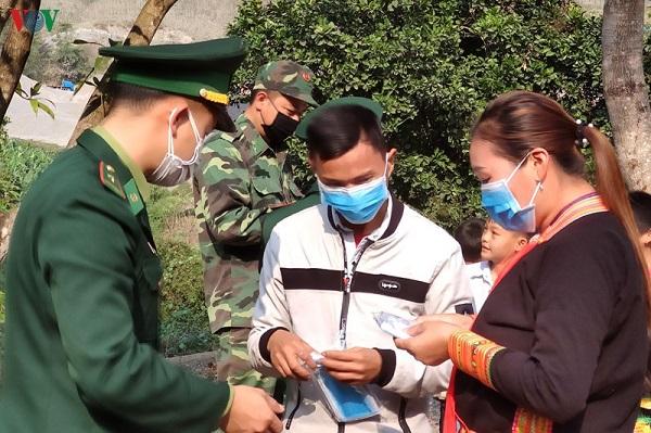 Xúc động hình ảnh bác sĩ Quảng Ninh gặp vợ qua hàng rào cách ly - Ảnh 3