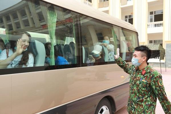 Xúc động hình ảnh bác sĩ Quảng Ninh gặp vợ qua hàng rào cách ly - Ảnh 4
