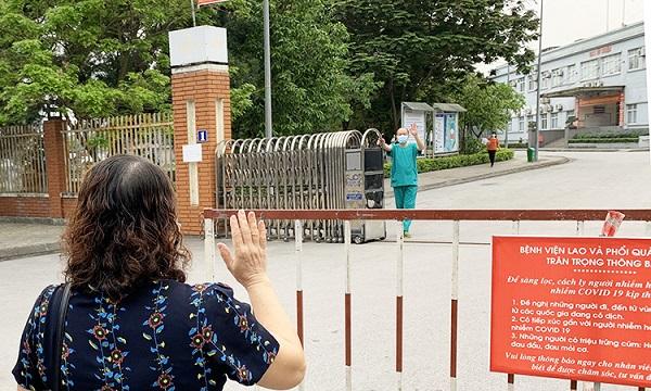 Xúc động hình ảnh bác sĩ Quảng Ninh gặp vợ qua hàng rào cách ly - Ảnh 1