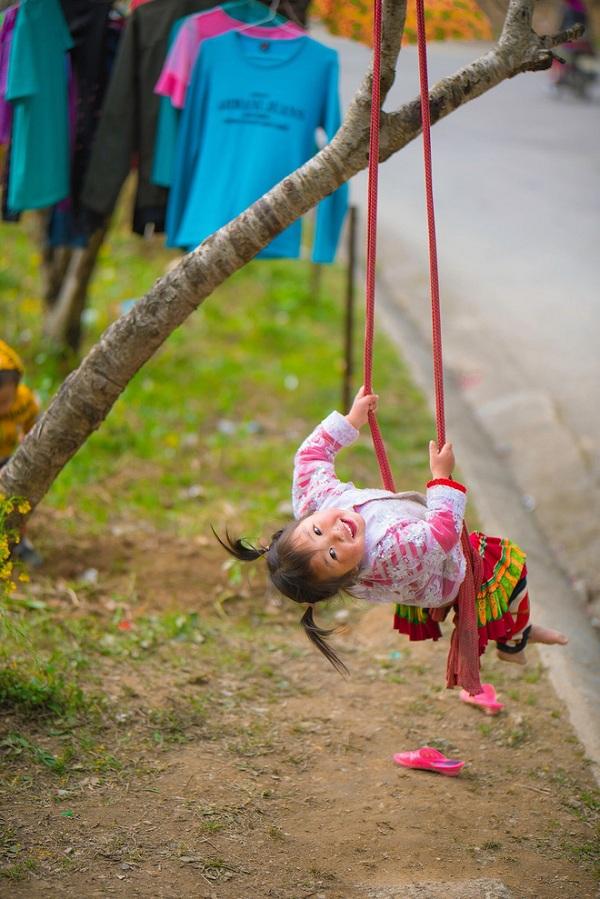 """Dân mạng """"tan chảy"""" với khoảnh khắc cô bé Hà Giang nô đùa, cười rạng rỡ bên bạn bè - Ảnh 1"""