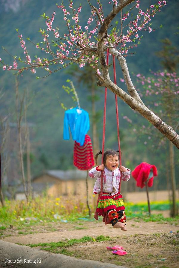 """Dân mạng """"tan chảy"""" với khoảnh khắc cô bé Hà Giang nô đùa, cười rạng rỡ bên bạn bè - Ảnh 3"""