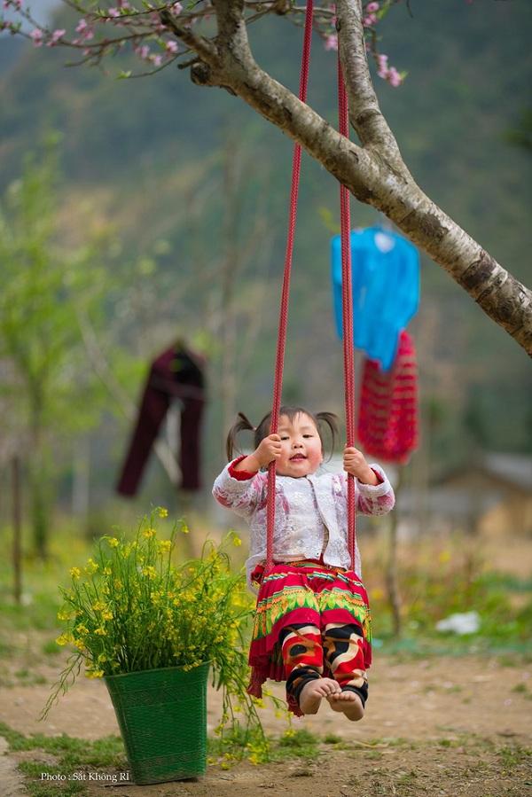 """Dân mạng """"tan chảy"""" với khoảnh khắc cô bé Hà Giang nô đùa, cười rạng rỡ bên bạn bè - Ảnh 5"""