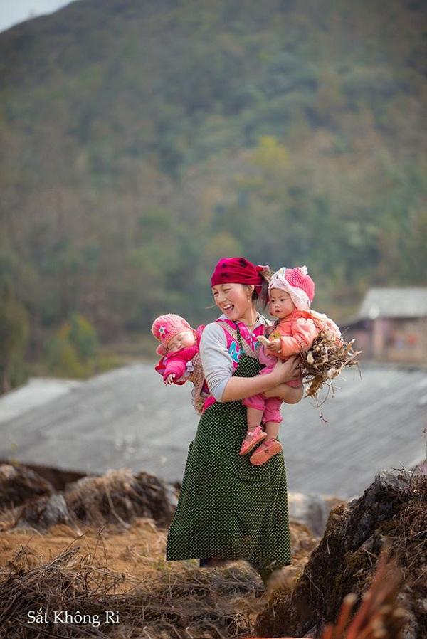 """Dân mạng """"tan chảy"""" với khoảnh khắc cô bé Hà Giang nô đùa, cười rạng rỡ bên bạn bè - Ảnh 7"""