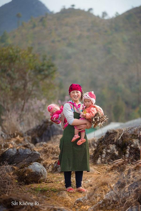 """Dân mạng """"tan chảy"""" với khoảnh khắc cô bé Hà Giang nô đùa, cười rạng rỡ bên bạn bè - Ảnh 8"""
