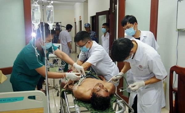 Bệnh xá đảo Trường Sa tiếp nhận và cấp cứu 3 ngư dân bị thương do nổ bình gas trên tàu - Ảnh 1