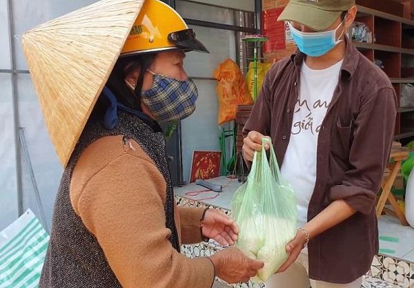 """Xúc động câu chuyện cụ bà gần 70 tuổi đến """"ATM gạo"""" để góp 2 kg gạo - Ảnh 1"""