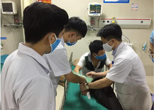 Nam thanh niên đến bệnh viện cấp cứu cùng con rắn hổ mang dài 2 m - Ảnh 1