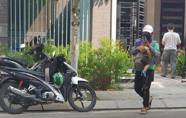 Ông bố trẻ đi giao hàng giữa nắng gắt, hình ảnh trước ngực khiến tất cả lặng người - Ảnh 3