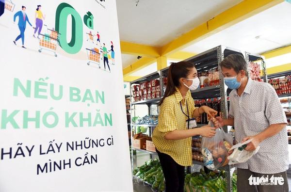 """Người nghèo bật khóc tại """"siêu thị hạnh phúc 0 đồng"""" đầu tiên ở TP. HCM - Ảnh 4"""