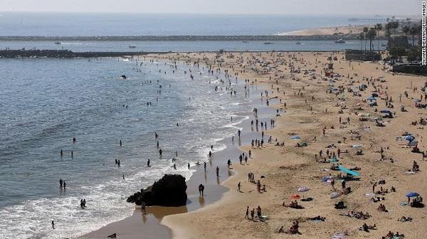 Mặc dịch Covid-19, bãi biển Mỹ vẫn chật kín người - Ảnh 2