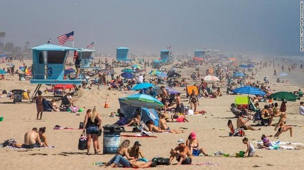 Mặc dịch Covid-19, bãi biển Mỹ vẫn chật kín người - Ảnh 1