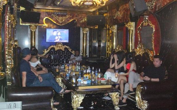 Bất chấp lệnh cấm, dàn tiếp viên nóng bỏng vẫn say sưa cùng khách trong quán karaoke - Ảnh 2