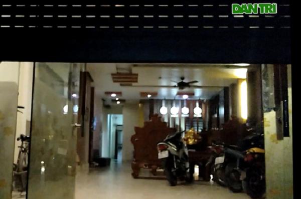 Bất chấp lệnh cấm, dàn tiếp viên nóng bỏng vẫn say sưa cùng khách trong quán karaoke - Ảnh 1