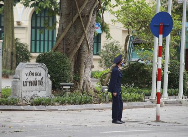 Được công an nhắc nhở, hàng trăm người dân Hà Nội đi tập thể dục quay về nhà - Ảnh 3