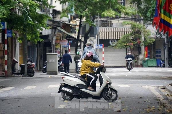 Được công an nhắc nhở, hàng trăm người dân Hà Nội đi tập thể dục quay về nhà - Ảnh 6